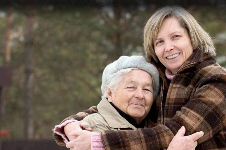 女性は母親を抱擁